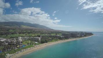 4k drone aéreo maui, hawai, costa de kaanapali, roca negra