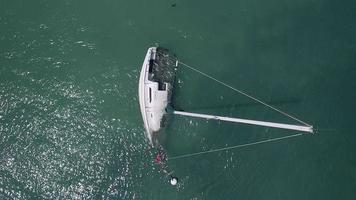 drone sorge su una barca a vela affondata