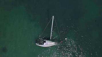 drone si libra sopra una barca a vela affondata