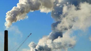 chaminés de fábricas emitindo fumaça e vapor, mudanças climáticas video