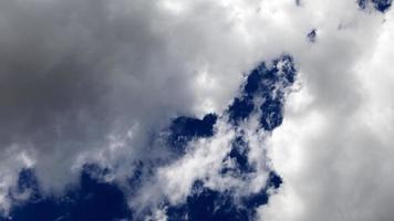 lapso de tiempo de nube al final de la tarde
