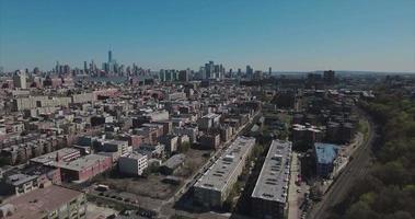 hoboken nj cavalcavia edifici con alberi e torre della libertà in ripresa video