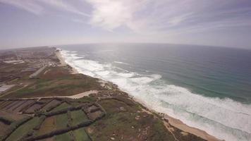 Vista aérea panorâmica de 360 graus da praia de santa cruz em dia de sol, torres vedras, portugal