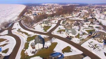 ricco quartiere nella neve invernale, cavalcavia aerea