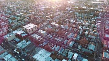 ao norte de nj em hudson, edifícios elevados com raios de sol brilhando no topo video