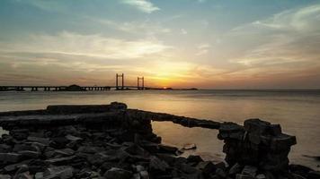 tramonto sul ponte sul mare della Cina orientale, porto di acque profonde di shanghai yangshan, lasso di tempo, 4K