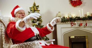 Weihnachtsmann entspannt sich mit den Händen hinter dem Kopf