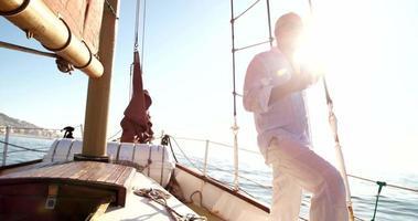 uomo anziano con caffè rilassante sul suo yacht per il tempo libero