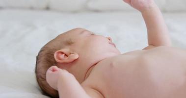 close-up de bebê relaxado