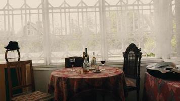 vista da mesa com bebidas alcoólicas no terraço da casa de campo. dia de verão