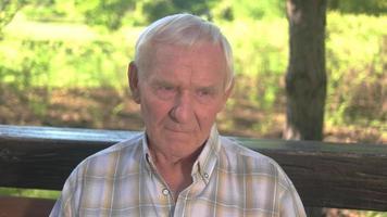 volto serio dell'uomo anziano.