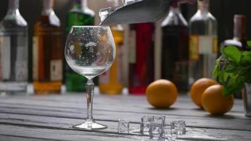 bicchiere accanto a cubetti di ghiaccio. video