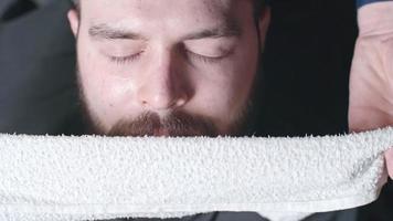 barbeiro usando toalha quente