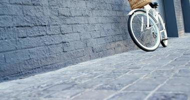 bicicleta estilosa está apoiada em uma parede