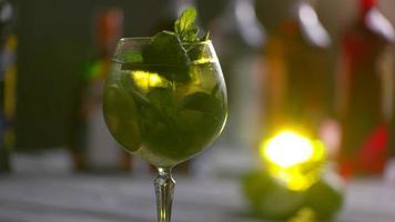 bicchiere di cocktail sta ruotando.