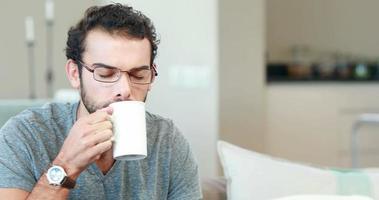 jovem feliz bebendo café video