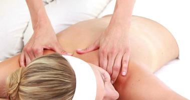 massaggiatrice che massaggia la spalla del suo cliente