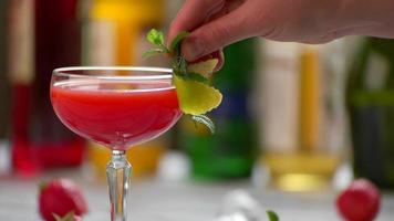 bicchiere con cocktail rosso.