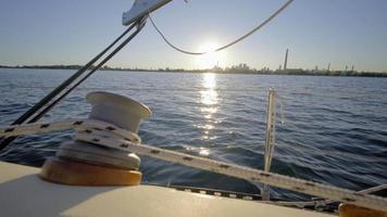 Estate dei video 4K di barche a vela sul lago