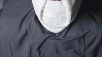 poner una toalla caliente antes de afeitarse la barba