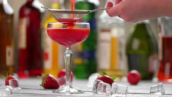 bebida roja en un vaso.