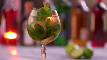 bicchiere rotante pieno di bevanda. video