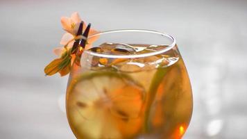 bevanda decorata con un fiore.