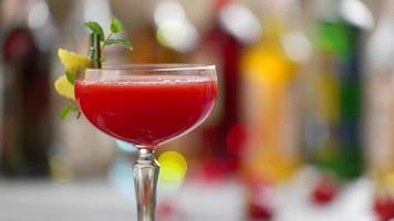 bicchiere di cocktail rosso rotante. video