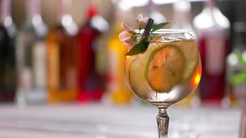 fiore su vetro con cocktail. video