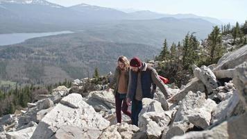 coppia che cerca di trovare il sentiero nelle montagne