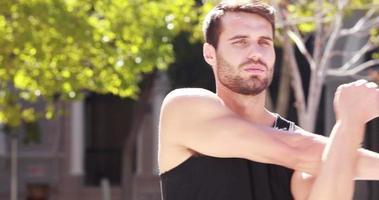 knappe jogger die zich uitstrekt voordat hij gaat hardlopen video