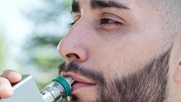 uomo che vaping in attesa: vaping - brief