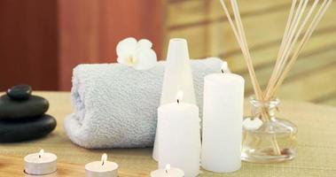 Öl, Handtuch, Kerzen und Steine