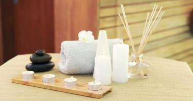 olio, asciugamano, candele e pietre