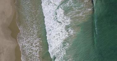 vista aérea sobrevoando a praia mediterrânea video