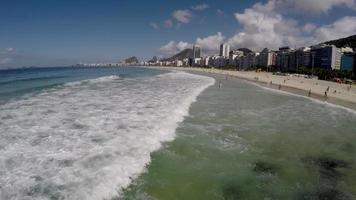 Vista aérea de Copacabana, famosa playa de Río de Janeiro, Brasil video