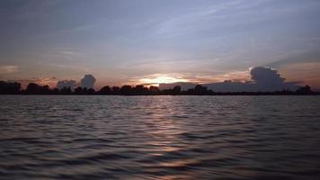 piccola barca durante un giro su un lago al tramonto