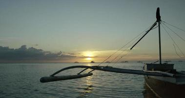 pescatore che rema verso il mare video