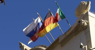 sonniger tag european flaggen wind winkt auf dach 4k barcelona spanien