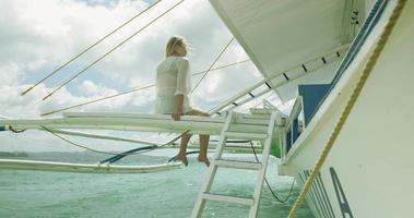 ragazza seduta sul pontone