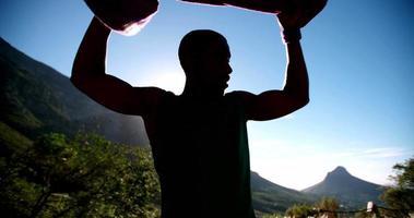 Afro sudando después de un ejercicio agotador video