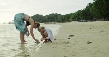 zwei Mädchen am Strand video