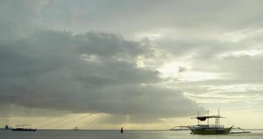 horizonte com barco de pesca video
