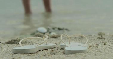 sapatos de banho na praia