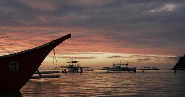 barcos de pesca locais ao pôr do sol