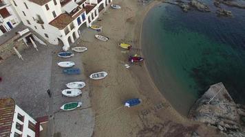 pueblo pesquero mediterráneo vertical alta toma aérea video
