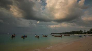 Tailandia nai yang playa puesta de sol barco parque phuket panorama 4k lapso de tiempo video