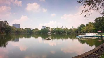 dia ensolarado da tailândia parque lumpini lago estação de barco panorama 4k time lapse bangkok video