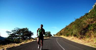 atleta afro-americano rápido correndo durante o treinamento físico em câmera lenta video