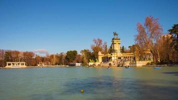 buen retiro park teichboot reiten sonnige tagesansicht 4k zeitraffer madrid spanien